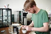 V kavárně se podle Dana Sedláčka lidé více zajímají o to, co pijí.
