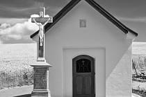 Oprava kapličky s křížem na okraji Bohučovic je u konce.