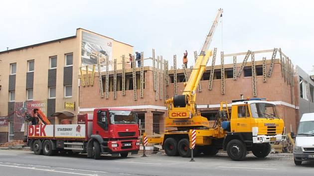 Tělocvična, která se v současnosti buduje v prostoru za opavským zimním stadionem, by měla být dokončena do prosince tohoto roku.
