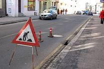 Propadlá vozovka na Pekařské ulici v centru Opavy v těchto dnech komplikuje dopravu.