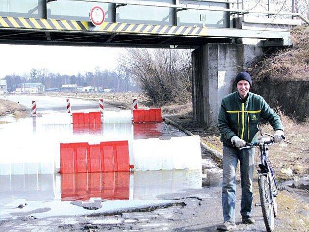 """Probíhající stavba obchvatu Opavy by měla odstranit i problém se """"zátopami"""" silnice pod viaduktem."""