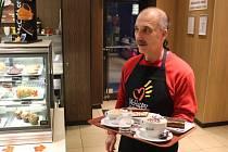 Oblékli si zástěry, někteří skončili v kuchyni, někteří za pultem, Petr Dokoupil s Pájou Czudkem na McDrive. Opavští basketbalisté ve čtvrtek po patnácté hodině ovládli opavský McDonald's.