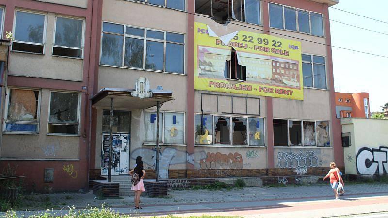 Vybydlený dům, ruina, ghetto. I taková označení lze slyšet z úst lidí, kteří někdy měli nebo mají co do činění s budovou v Janské ulici.