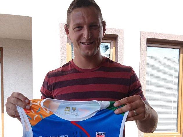 Nejlepší český judista a olympijský vítěz Lukáš Krpálek věnoval do dražby reprezentační dres.