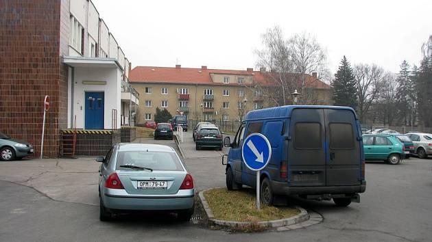 Nemocniční parkoviště praská ve švech.