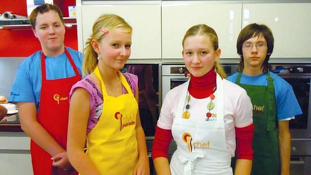 Tomáš Jedlička (vzadu vlevo) a Markéta Janíková (vpředu vpravo) si během předávání cen užili i zábavné vaření.