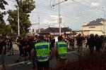 Pochod fanoušků Baníku Opavou na fotbalový stadion.