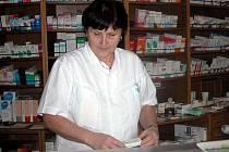 FARMACEUTICKÁ ASISTENTKA z lékárny U Salvatora ukazuje antidepresiva.