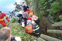 Čtyři jednotky hasičů se zapojily v pátek odpoledne v Těškovicích do záchrany osmatřicetiletého muže, který spadl po prasknutí můstku, po němž šel s otcem, čtyři metry do hlubin lomu na špatně dosažitelné místo.