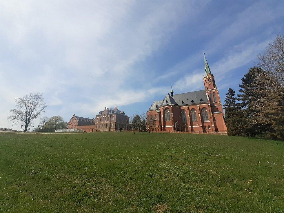 Chrám sv. Mikuláše i s objektem fary a domova pro seniory.