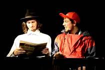 Benedikt Říčný (vpravo) a Kryštof Zlatník při hraní jedné z divadelních her.