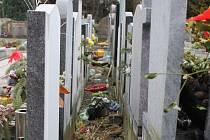 Nepořádek v jedné z uliček mezi hroby na Městském hřbitově v Opavě ukazuje na lhostejnost některých lidí.