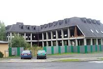 Rozestavěná budova v srdci Kobeřic.