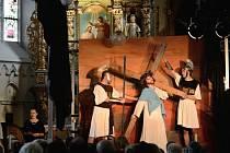 Koncert je provázen i živými obrazy z Křížové cesty Ježíše Krista.