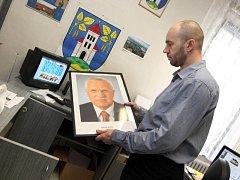 Sundávání fotografie prezidenta Václava Klause. Ilustrační foto. (Na snímku Josef Hutěčka z Březnice na Zlínsku)