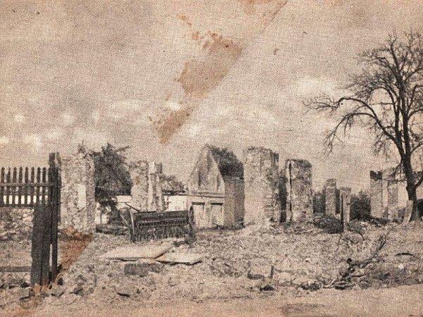 Víte, ze které vesnice pochází tato pohlednice zobrazující zbořeniště se secím strojem?
