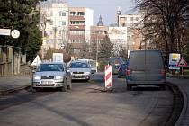 Hradecká ulice se frézuje.