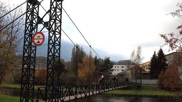 Starou lávku přes řeku Moravici nazývají místní houpačka. Přejděte si ji, a budete vědět proč.