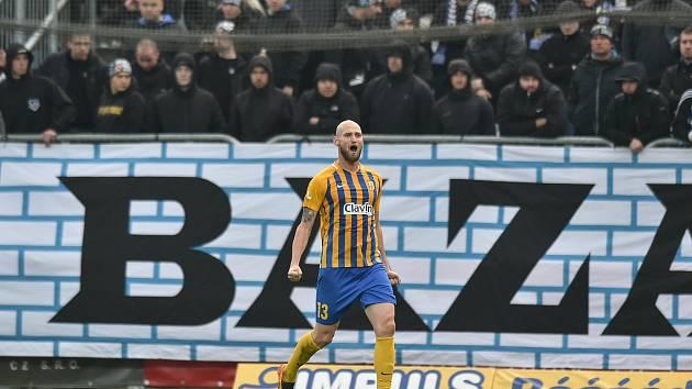 Tomáš Smola v žlutém dresu Opavy. Ilustrační foto.