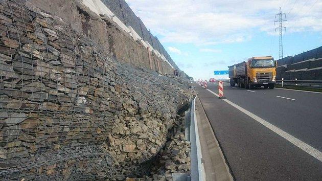 Sesunutá gabionová zeď. Tu mohou vidět od pondělního dopoledne řidiči při jízdě po nové silnici I/11 u Hrabyně. Potvrdil to i tiskový mluvčí Ředitelství silnic a dálnic Jan Rýdl.