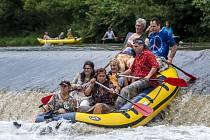 Víkendové sjíždění Moravice se vydařilo. Celkem přes tři tisíce vodáků se v sobotu a v neděli, a to i v maškarním, svezlo po vlnách řeky.