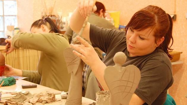 Pod rukama šikovných keramiček vznikají pěkná dílka.