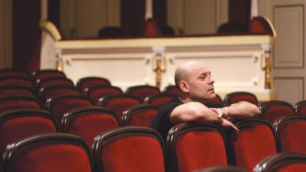 Martin Tomsa jako režisér sleduje zkoušku baletu z hlediště Slezského divadla.