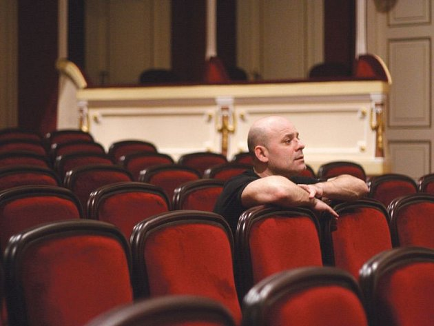 Martin Tomsa jako režisér sleduje zkoušku baletu Stvoření Prométheova z hlediště Slezského divadla.