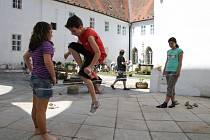 Přes gumu se většinou skákalo během školní přestávky.