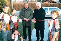 Generální partner Sundance TJ Opava Zdeněk Kalužík (u pásky vlevo) a předseda oddílu Ladislav Kreisel (u pásky vpravo) slavnostně otvírají nové sídlo klubu na Palhanci.
