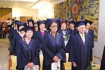 Úspěšní absolventi hlučínské Univerzity třetího věku.