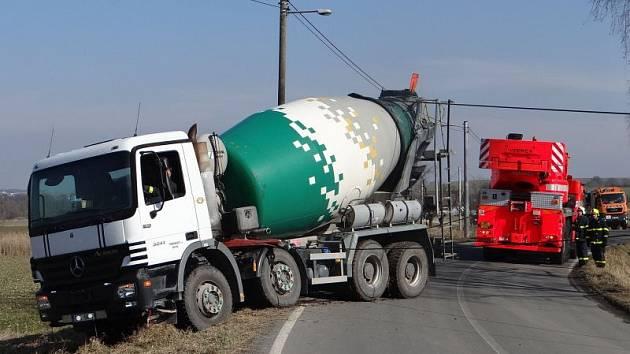 Dvě jednotky hasičů zasahovaly ve středu odpoledne v Háji ve Slezsku-Chabičově. V rozměklé půdě v příkopu zde totiž skončil dvaatřicet tun vážící domíchávač betonu.