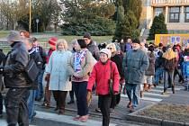 Středeční demonstrace na Mírovém náměstí v Hlučíně. Sešlo se tu okolo sedmdesáti občanů z Hlučína a okolí, kteří tak chtěli vyjádřit nespokojenost se souhlasem zastupitelů města se vznikem kasina v restauraci Stará celnice v Hlučíně.