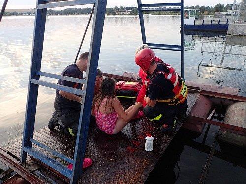 Desetiletá dívenka se svou levou nohou zaklesla v otvoru pro odtok vody.