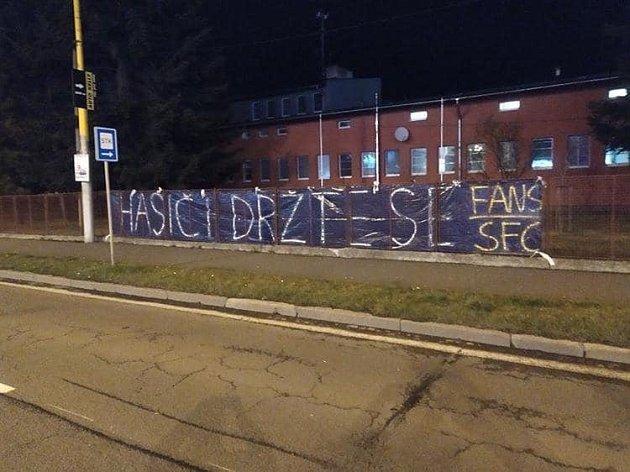 Fanoušci SFC podpořili bojovníky skoronavirem. Foto: Deník/Roman Brhel