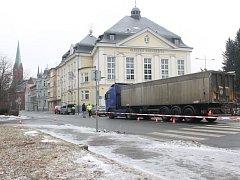 Záchranáři ve středu 8. února po deváté hodině ranní museli vyjíždět na Olbrichovu ulici v centru Opavy. Na silnici poblíž vstupu do auly Slezské univerzity totiž došlo k nehodě chodce a nákladního vozidla.