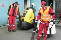 Dva zaměstnanci Technických služeb Opava se chystají na úklid chodníků. Ilustrační foto.