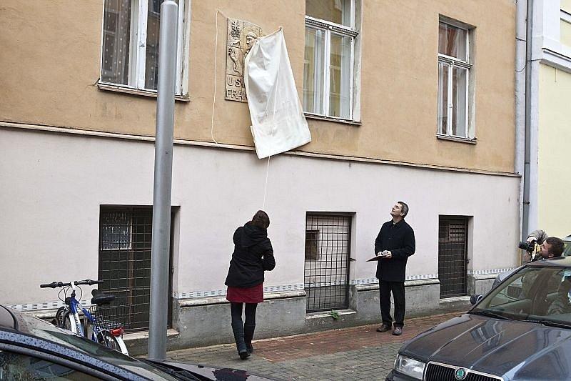 Desítky lidí se ve středu zúčastnily slavnostního odhalení domovních znamení na charitních domech v Kylešovské ulici.