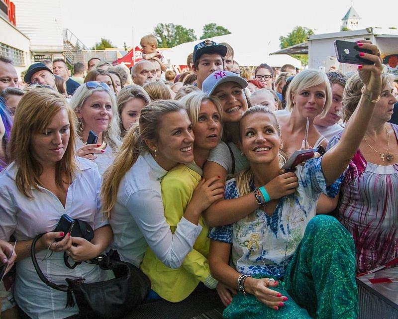 V neděli se návštěvníci odpustu mohli těšit na známá jména. Na pódiu se totiž vystřídala československá dvojice zpěvaček Dara Rolins a Lucie Bílá.