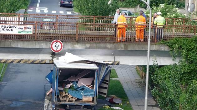 Asi o půlmetru se ve středu ráno sekl řidič nákladního vozu, když projížděl pod železničním mostem na Englišově ulici.