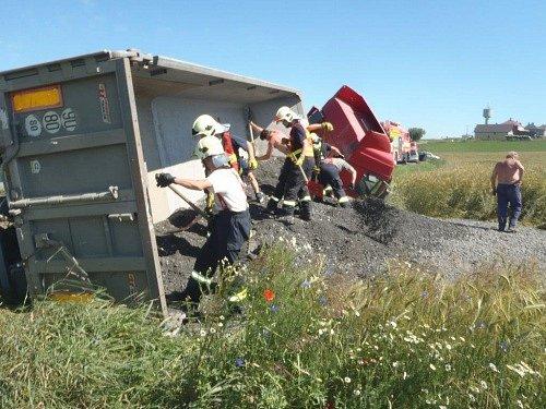 Čtyři jednotky hasičů zasahovaly ve čtvrtek odpoledne v Hradci nad Moravicí-Jakubčovicích u nehody nákladního automobilu Iveco, naloženého štěrkem.