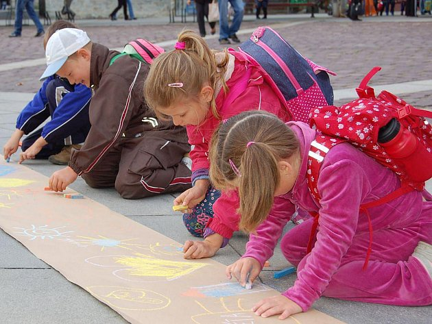 V pondělí od půl deváté dopoledne přivítalo statutární město Opava společně se Střediskem volného času, Slezským divadlem, Slezskou univerzitou a Městskou policií Opava nové prvňáčky na prahu jejich školní kariéry. Těch je letos ve školách více než 500.