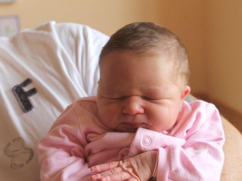 Aneta Fabiánová se narodila 13. října, vážila 3,41 kg a měřila 49 cm. Rodiče Lucie a Martin z Opavy přejí do života štěstí, zdraví a lásku. Na Anetu se doma už těší starší sestřička Adélka.