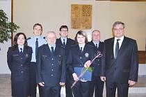Ivana Bedravová (uprostřed) se stala nejlepším hlučínským policistou uplynulého roku.