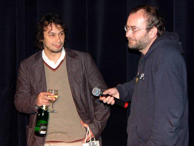 Režisér a herec. Bohdan Sláma (vpravo) zpovídá Pavla Lišku na světové premiéře filmu v Opavě.