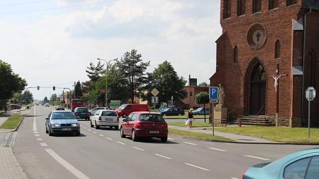 Popraskané domy, vážné dopravní nehody, zhoršující se kvalita životního prostředí. Přejít silnici I/56 v Dolním Benešově je někdy téměř nadlidský úkol. Podaří se jej vyřešit?