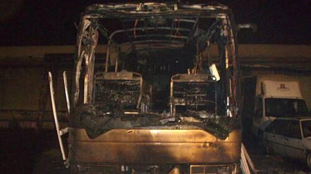 Pět jednotek hasičů zasahovalo v úterý večer v Opavě-Kateřinkách u požáru luxusního autobusu MAN, stojícího v uzavřeném areálu. Celková škoda přesáhla i přes rychlý zásah hasičů dva miliony korun.