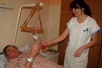 Staniční sestra Gabriela Kittlová podává léky pacientovi neurologického oddělení. Provoz na tomto oddělení byl ve středu bez omezení.