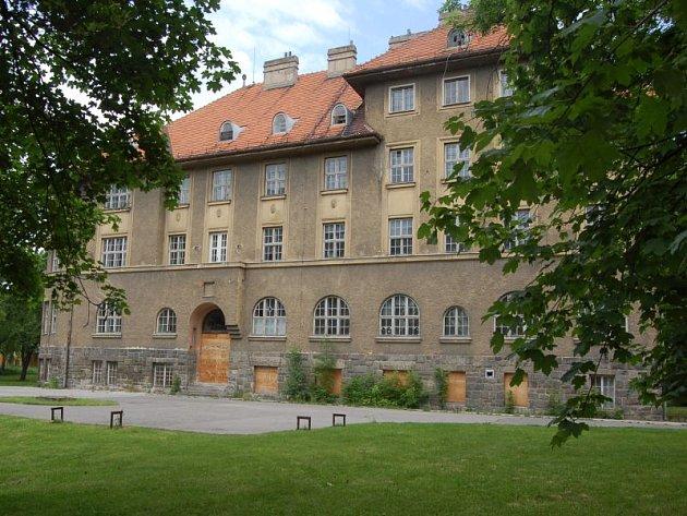 Budova bývalé porodnice i s přilehlým parkem již dlouho chátrá.