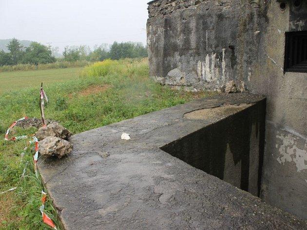 Moravskoslezští záchranáři zasahovali u případu, kdy byl muž nalezen zraněný v několikametrové hloubce pod bunkrem, ze které jej následně vytahovali hasiči.